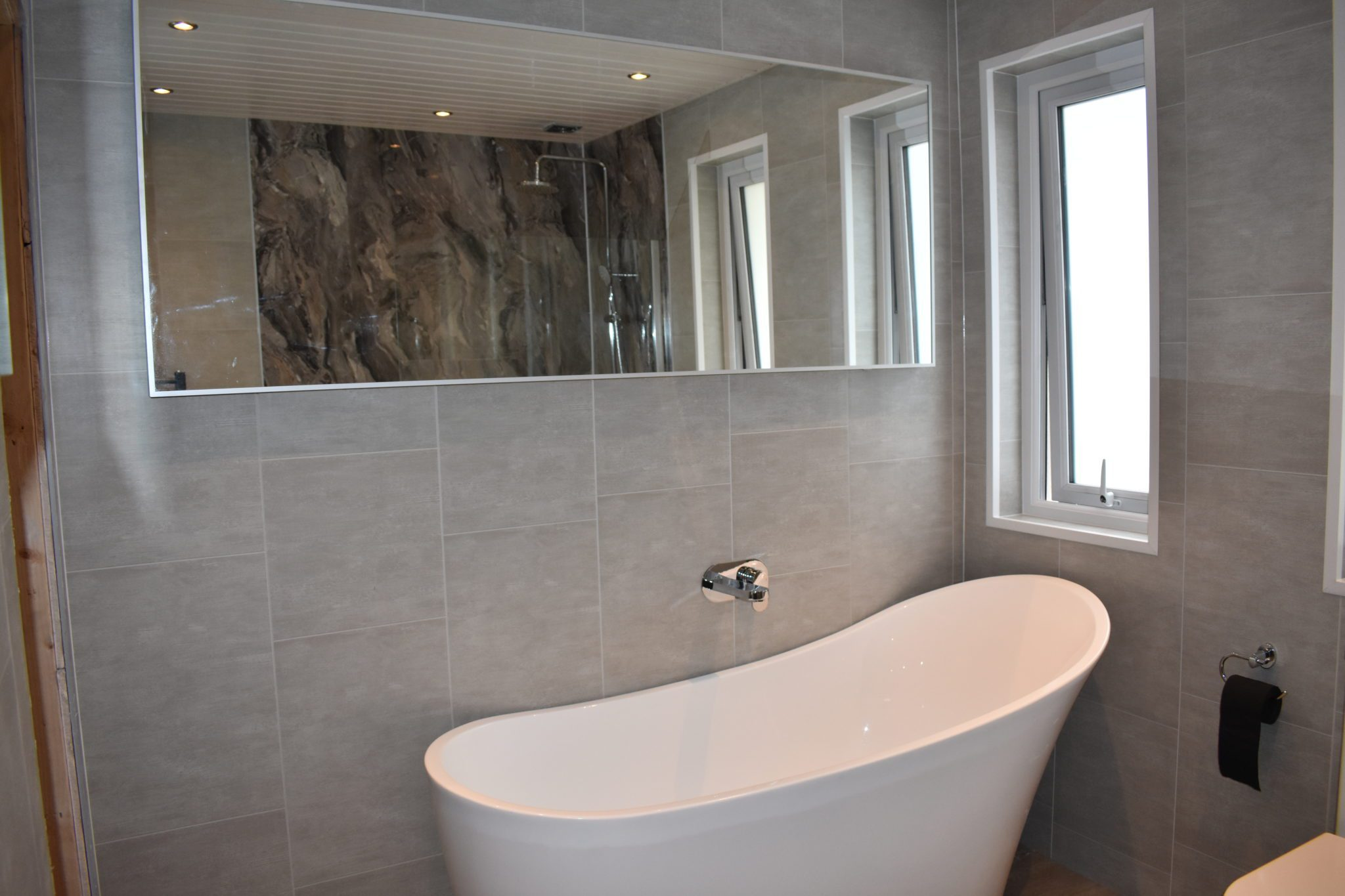 Free standing bath and large mirror